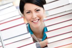 Mujer sonriendo entre libros