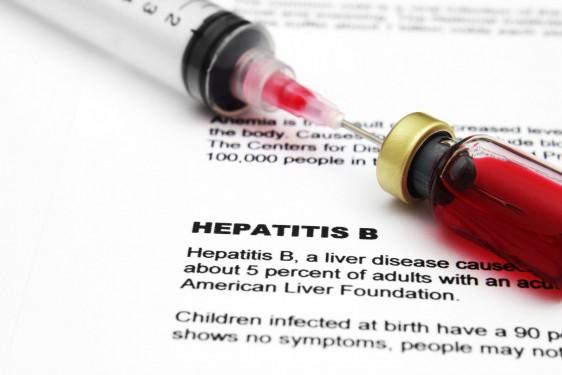 Libro con texto de la hepatits B con una jeringa