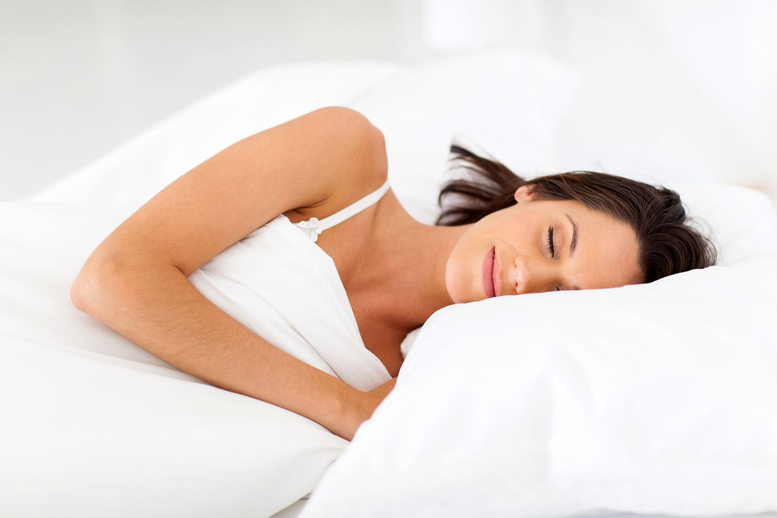 Factores como el sedentarismo, la obesidad y el estrés favorecen el dolor nocturno, el cual obstaculiza disfrutar un sueño suficiente y de buena calidad.