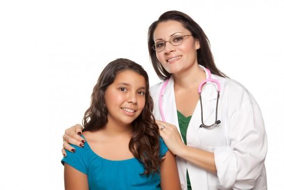 Doctora y mujer adolescente