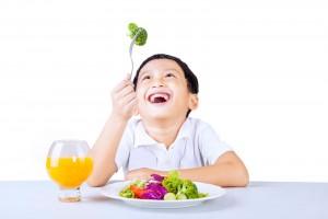 Niño comiendo brocoli