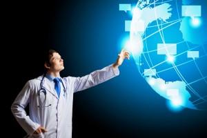 Médico tocando holograma del mundo