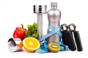 Frutas, verduras y equipo para ejercicio