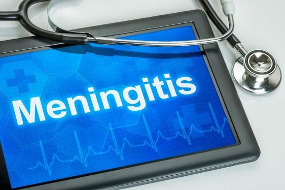 """Estetoscopio con una pantalla de computadora tablet con el texto """"Meningitis"""""""