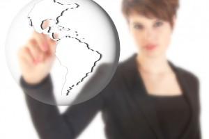 Mujer tocando un globo transparente con el continente americano