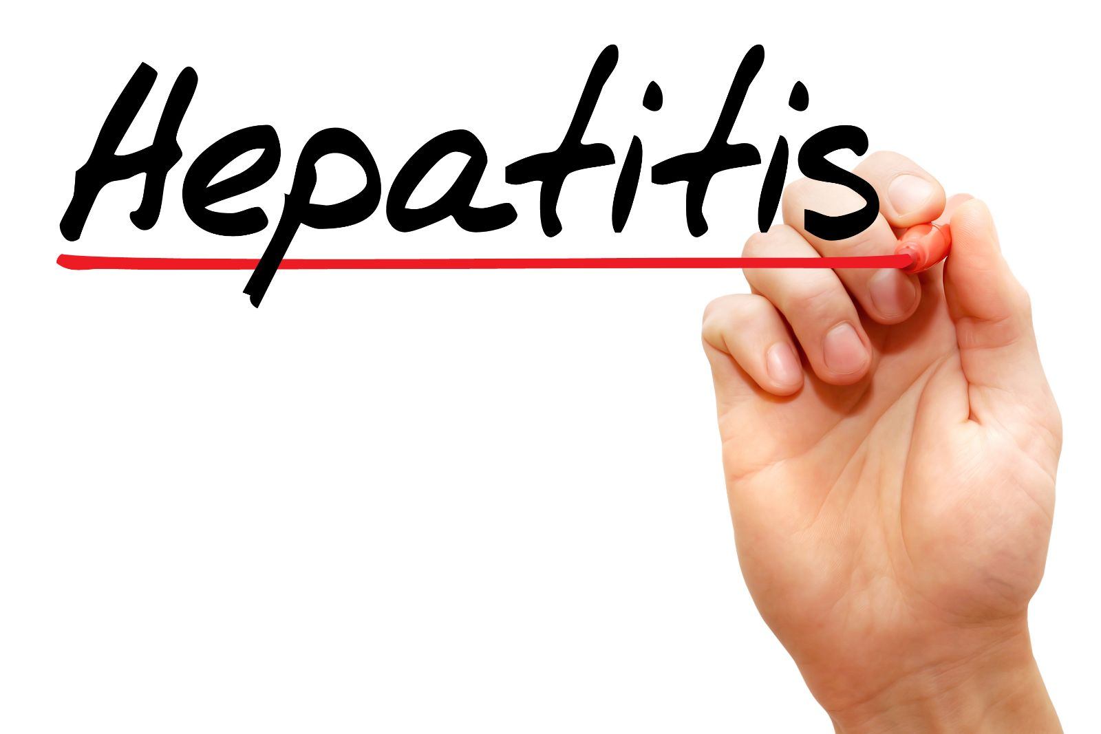 """La palabra """"HEPATITIS"""" es sibrayada con un plumón rojo por una mano"""