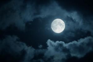 Cielo nocturno con una luna llena