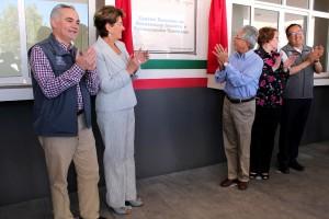 Gabriel O´Shea Cuevas, Mercedes Juan, Salvador Jara, una mujer y Carlos Aranza Doniz revelando placa inagural