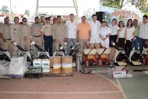 Trabajadores provistos de aspersores y herramientas-para el combate del dengue y Chikungunya
