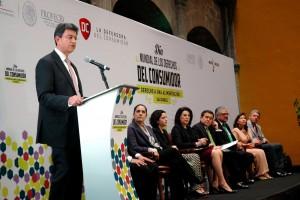 Pablo Kuri Morales en el podium dando sus palabras a los asistentes