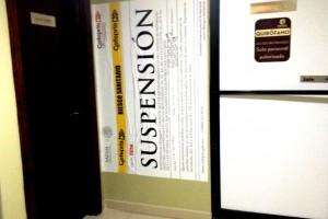 Entrada a quirofano con un aviso de suspensión