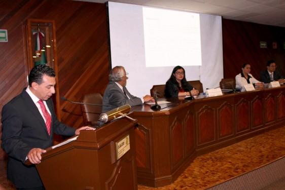 Antonio Chemor Ruiz con funcionarios dando una conferencia de prensa