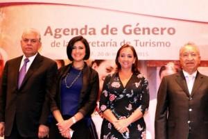 Al centro Lorena Cruz Sánchez y Claudia Ruiz Massieu