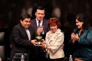 Miguel Barbosa Huerta entrega estatuilla a Carmen Moreno Toscano