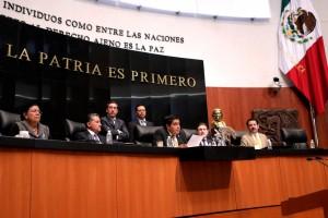 Funcionarios en la mesa directiva del Senado de la República