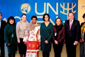 al centro Phumzile Mlambo-Ngcuk y Lorena Cruz con un grupo de funcionarios