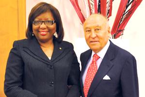 A la izquierda Carissa F. Etienne, y a la derecha Enrique García