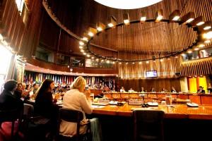 Funcionarios de la CEPAL y de Gobiernos de la región en un salón en la sede de la CEPAL