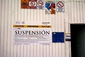Puera de entrada con sellos de suspensión