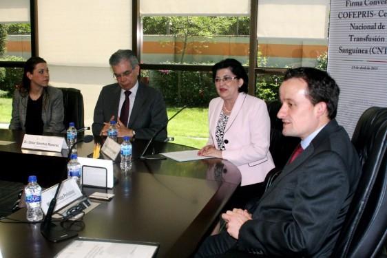 Funcionarios de COFEPRIS y CNTS con Julieta Rojo y Mikel Arriola