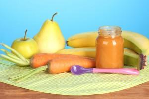 Frutas y verduras con una cuchara para bebe