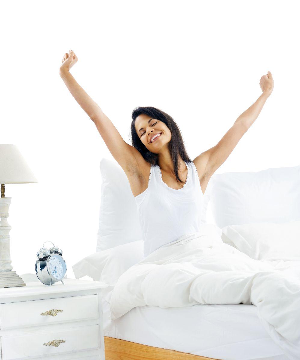Mujer sonriendo y estirándose al despertar