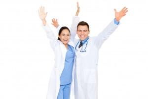 Dos médicos celebrando con los brazos abiertos