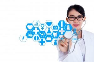Médica operando pantalla virtual con iconos de salud