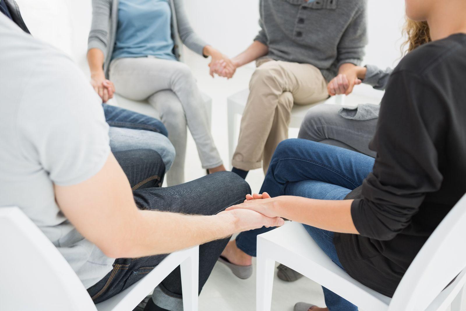 Grupo de personas tomandose de las manos