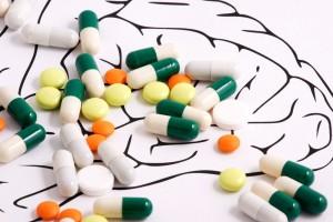 Ilustración de cerebro con medicamentos encima