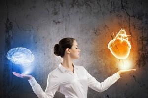 Mujer extendoendo las manos sosteniendo ilustración 3D de un cerebro en la izquierda y un corazón en la derecha
