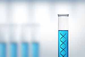 tubo de ensayo con modelo de cadena de ADN