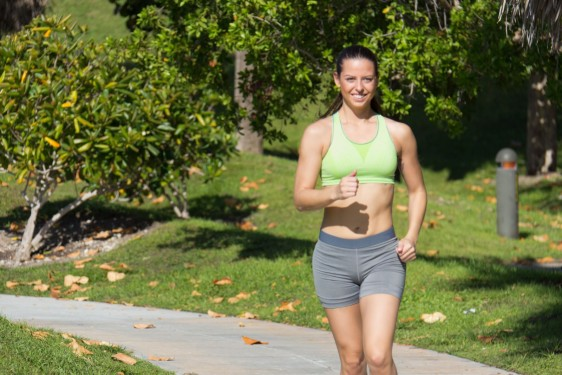 Mujer latina corriendo en un sendero