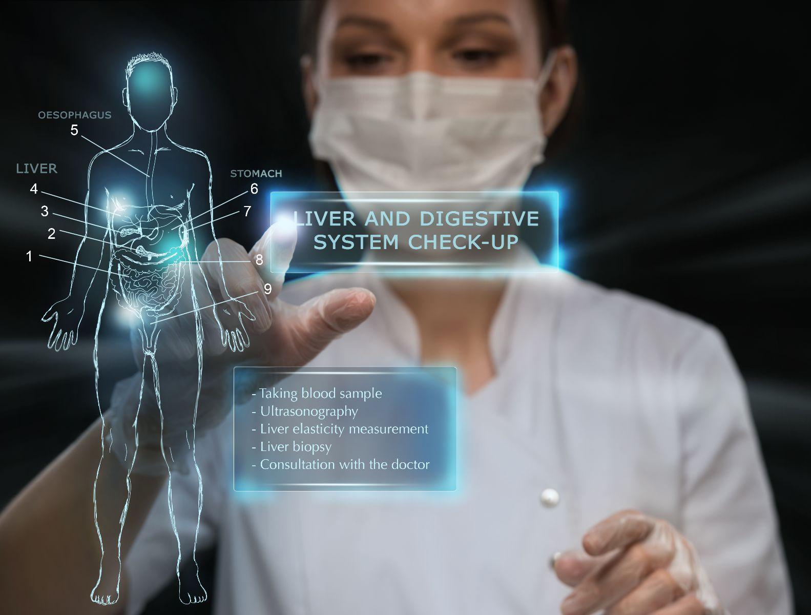 Doctora revisando pantalla con datos de un paciente