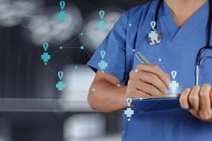 Médico consultando datos de ubicación en una tablet