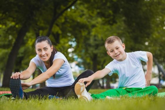 Madre e hijo haciendo un ejercicio