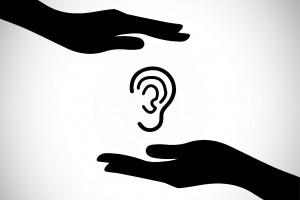 Ilustración de dos manos protegiendo un oido