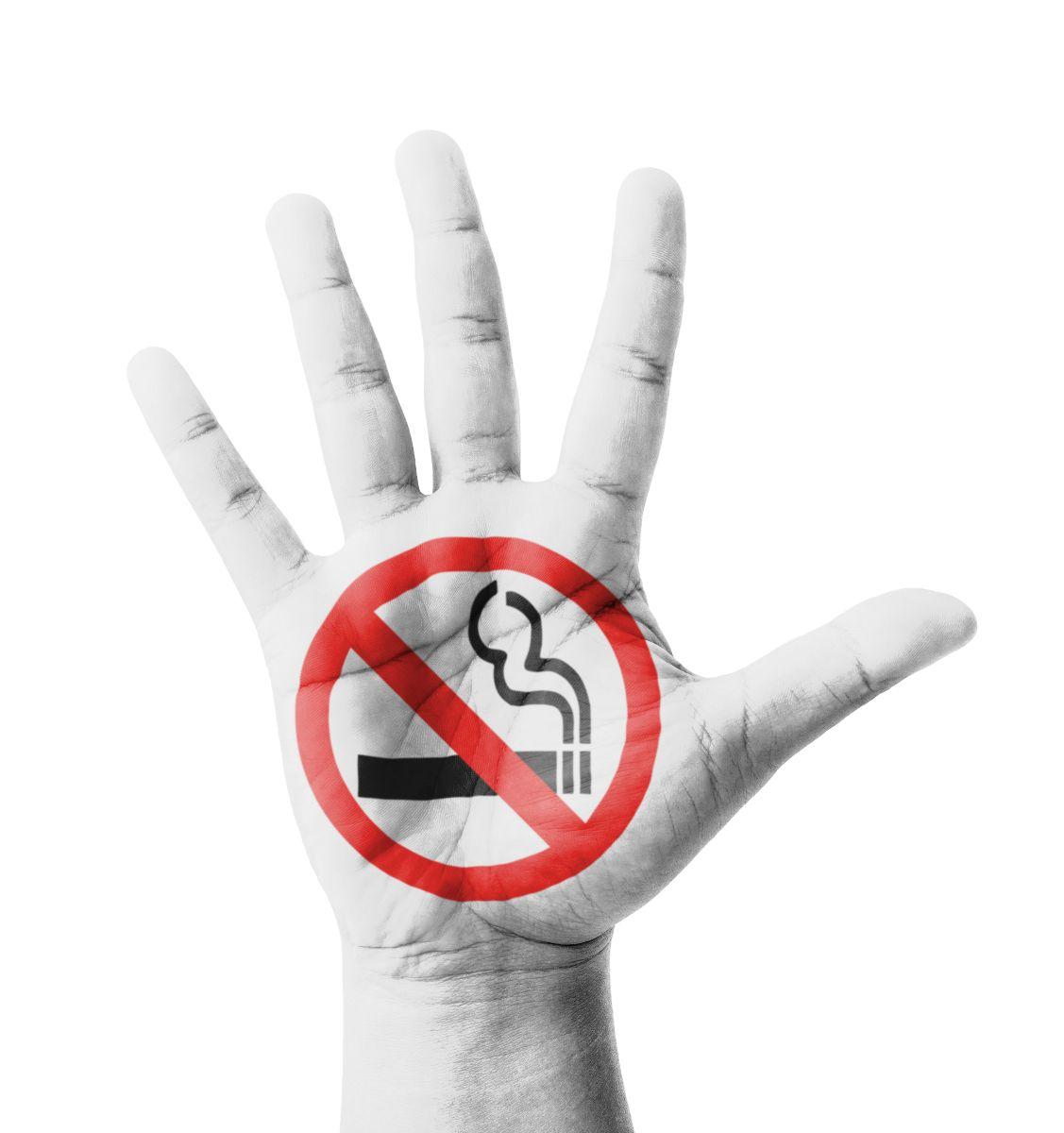 Palma de la mano con ilustración de prohibido fumar