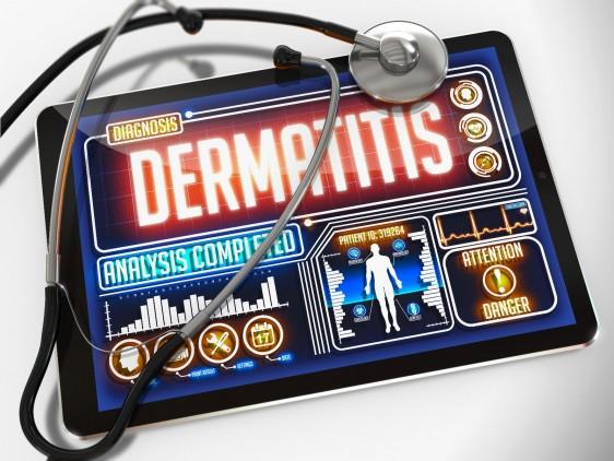 Estetoscopio con uina tableta con la palabra dermatitis