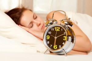 Mujer dormida al lado de un desperrador