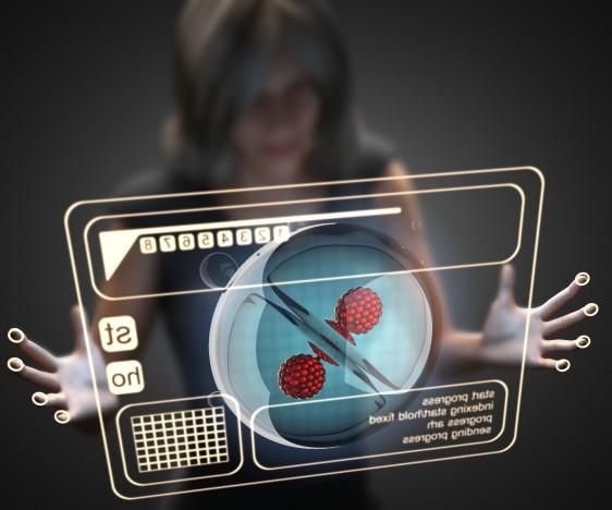 Ilustración 3D de una mujer observando una célula en una pantalla virtual