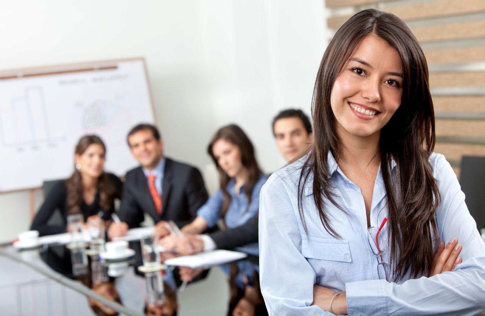 Mujer empresaria con su equipo de trabajo