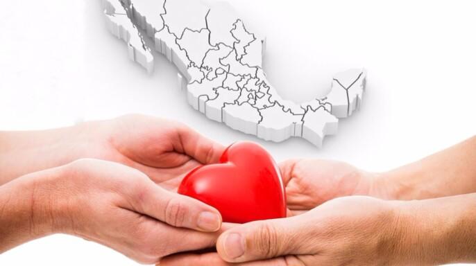 Manos entregando y rcibiendo un corazón al fondo una ilustración 3D de un mapa de México