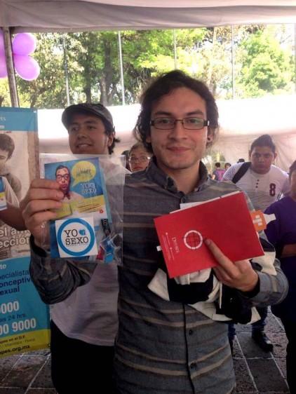 Adolescente mostrando información y folletos de Marie Stopes