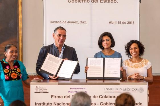 Gabino Cué Monteagudo y Lorena Cruz Sánchez ,ostrndo un documento