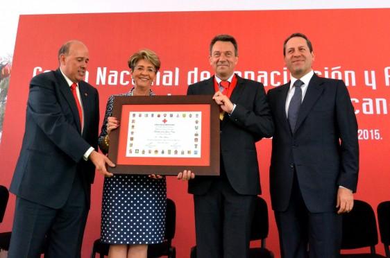 Funcionarios y Mercedes Juan entregan diploma a Peter Maurer