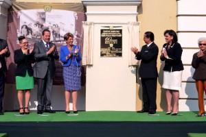 Mercedes Juan y funcionarios de la Facultad de Medicina de la Universidad Autónoma del Estado de México revelando la placa conmemorativa