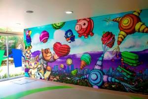 Mural con pilñatas y personajes celebrando