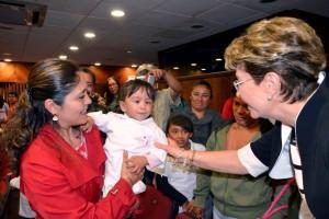Mercedes Juan saludando a una bebita