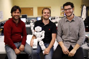 Fernando Fernández Rebollo, José Carlos González y José Carlos Pulido con robot al centro